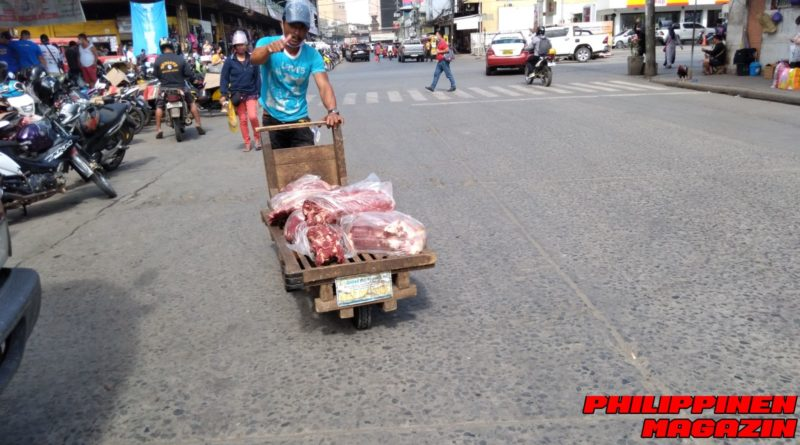 PHILIPPINEN MAGAZIN - FOTO DES TAGES - Fleischtransport mit der Schubkarre über die Straße Foto von Sir Dieter Sokoll für PHILIPPINEN MAGAZIN