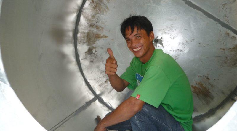 PHILIPPINEN MAGAZIN - PHILIPPINISCHER EXPAT KLUB - GRUPPE - BEI UNS ZU HAUSE - Die Herstellung unseres Wassertanks Foto von Sir Dieter Sokoll für PHILIPPINEN MAGAZIN