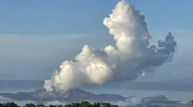 PHILIPPINEN MAGAZIN - NACHRICHTEN - Vulkansmog über der Caldera des Vulkans Taal