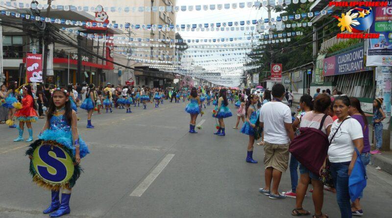 PHILIPPINEN MAGAZIN - FOTO DES TAGES - Vorbereitungen zum Fiesta-Umzug Foto von Sir Dieter Sokoll