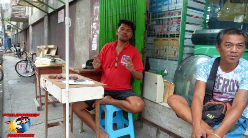 PHILIPPINEN MAGAZIN - FOTO DES TAGES - Stempelmacher und Briefeschreiber warten auf Kunden Foto von Sir Dieter Sokoll