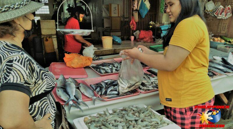 PHILIPPINEN MAGAZIN - FOTO DES TAGES - Beim Fischhändler auf der Marktstraße Foto von Sir Dieter Sokoll