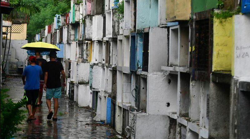 PHILIPPINEN MAGAZIN - NACHRICHTEN - Menschenmassen besuchen Friedhöfe vor der Schließung von Undas wegen COVID-19